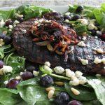 Bít tết salad việt quất