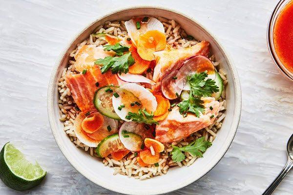 Salad cá hồi cùng xốt cay