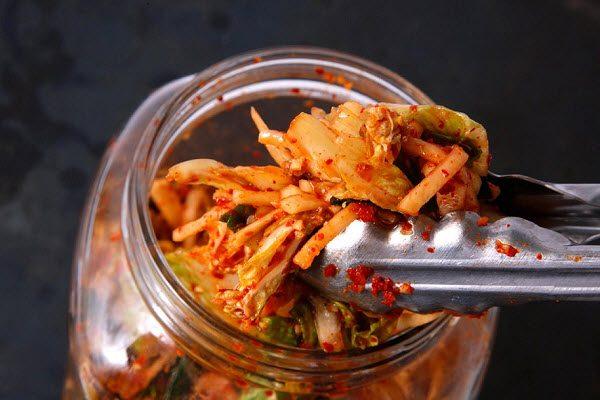 Dùng đũa sạch gắp Kimchi