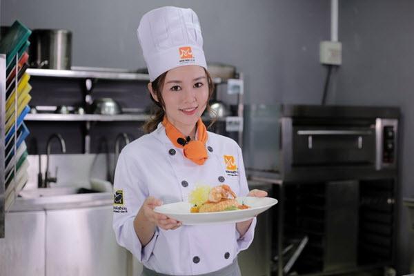 Cùng Ribi Sachi Trải Nghiệm Buổi Học Bếp Trưởng Điều Hành Tại HNAAu
