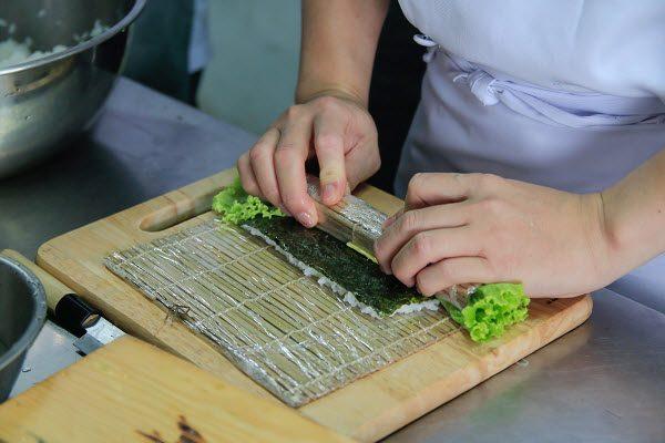 Thực hành chế biến sushi