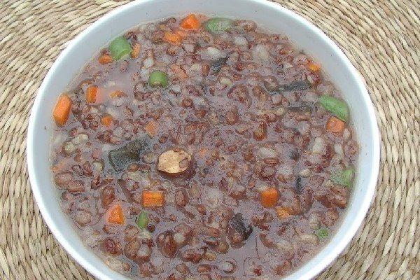 Cháo gạo lứt nấu với rau củ