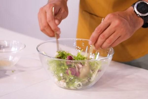 Trộn nhẹ các loại rau