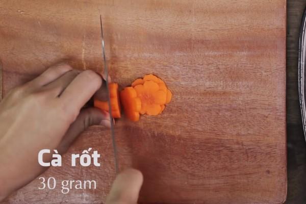 thái nhỏ cà rốt và ớt chuông