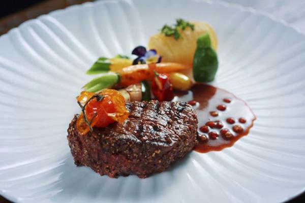 Bò bít tết xốt tiêu đỏ