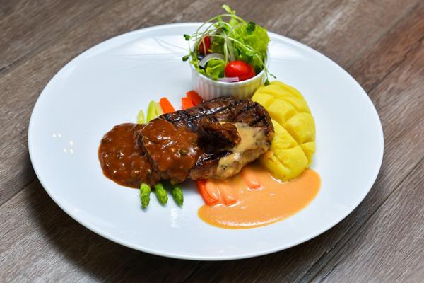 Bò bít tết xốt tiêu xanh