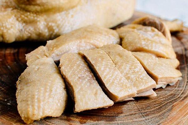 Chặt thịt vịt đã luộc thành miếng