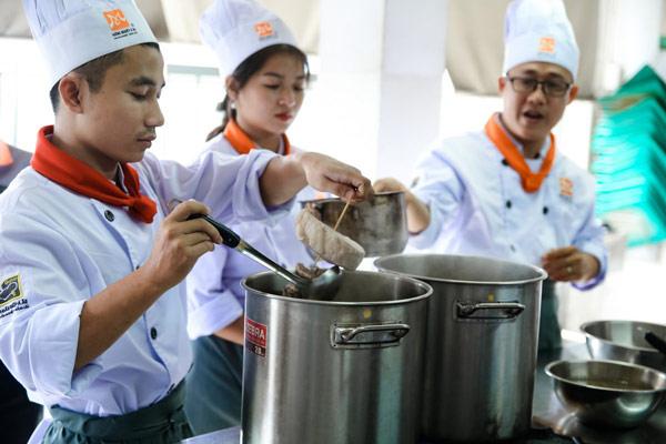 Học viên thực hành nấu hủ tiếu