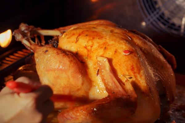 Quét xốt để gà không bị khô