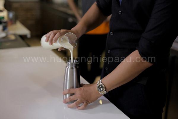 Cho hỗn hợp hòa tan vào bình làm kem