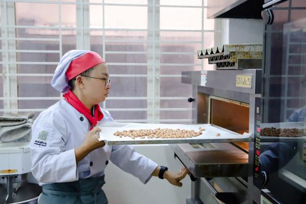 Học viên thực hành nướng bánh