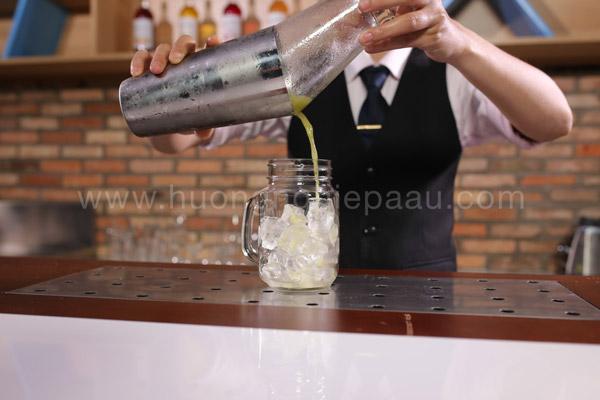 Lược đá và rót nước ép vào ly