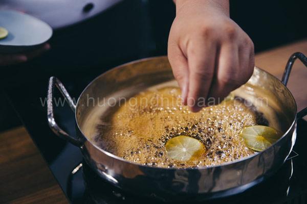 Nấu nước đường làm bánh trung thu