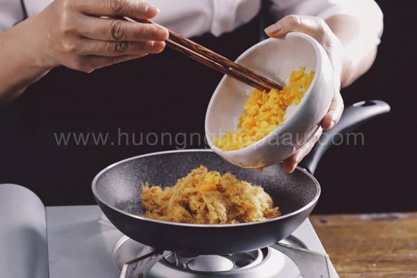 Áp chảo trứng muối và chà bông