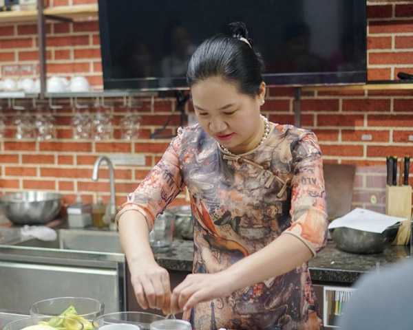 giảng viên dạy nấu chè thái