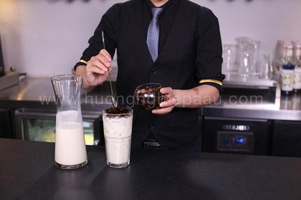 Pha chế trà sữa kim cương đen