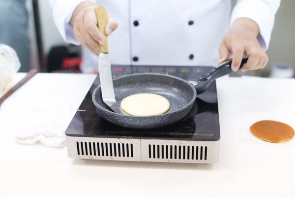 Rán bánh Dorayaki
