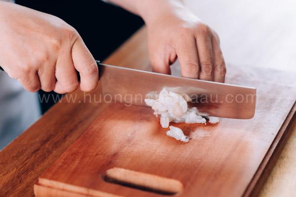 Cắt nhỏ tôm để làm nhân bánh