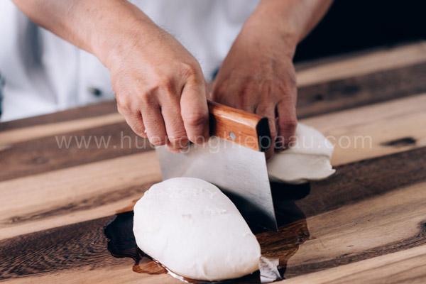 Chia bột bánh thành những khối bột nhỏ