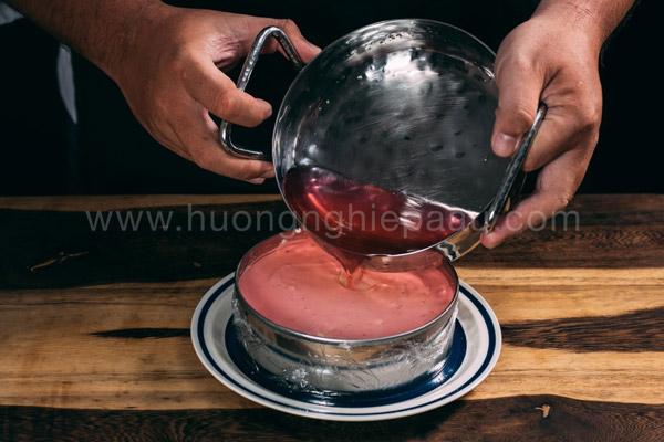 Đổ lớp jelly lên mặt bánh