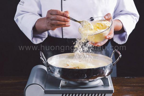 Nấu xốt béchamel