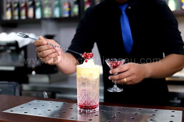 Trang trí Mocktail bằng vài hạt lựu đỏ