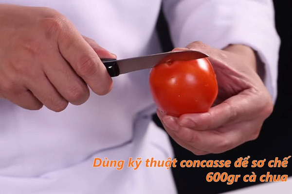 khứa vài đường trên chóp của quả cà chua