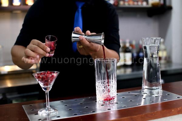 Lần lượt cho các nguyên liệu vào ly