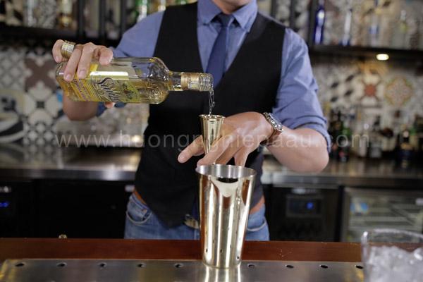 Rót lần lượt các loại lượu vào shaker