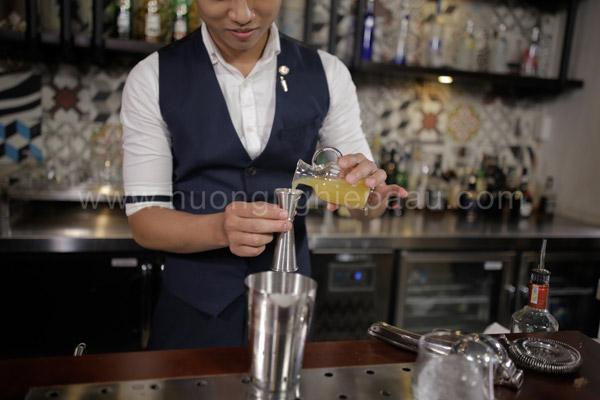 Sử dụng jigger để đong đồ uống đúng mức