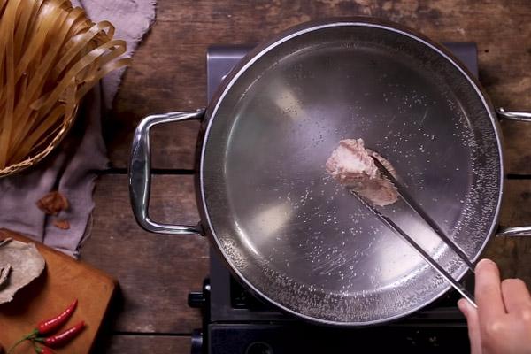 Cho sườn vào nấu nước dùng xương
