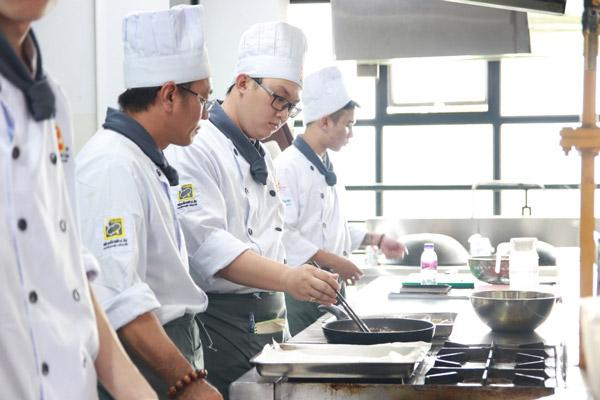 Học viên thực hành các kỹ thuật chế biến mì Udon
