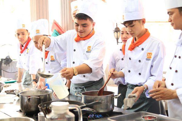 """Lập Bảng """"Thu – Chi"""" Khi Học Đầu Bếp"""