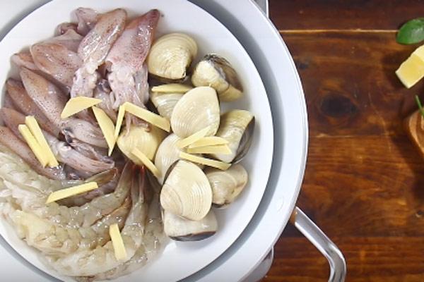 Hấp nguyên liệu hải sản với gừng
