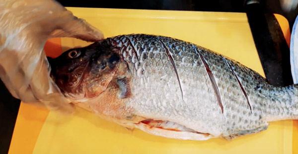 Khứa cá giúp cá thấm gia vị