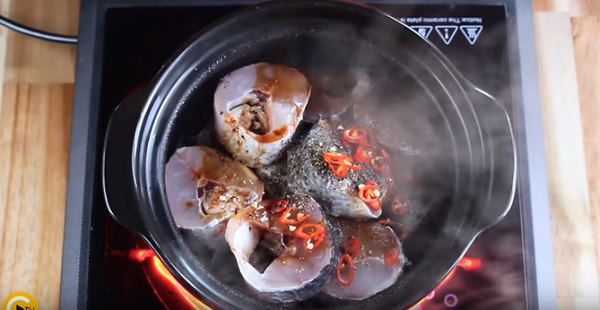 Bắc nồi cá lên bếp