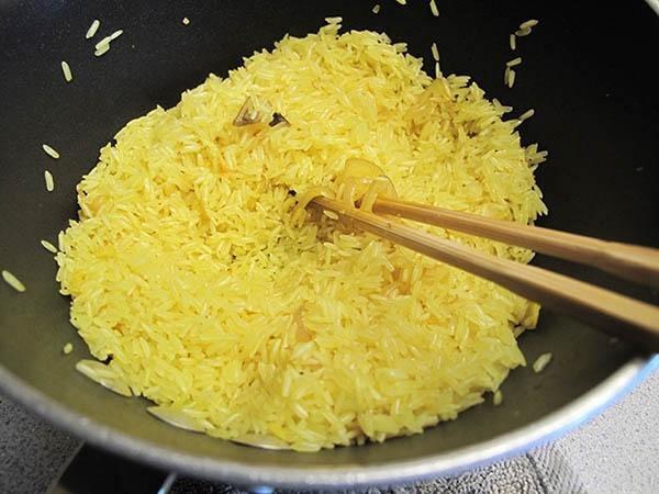 rang gạo trước khi nấu