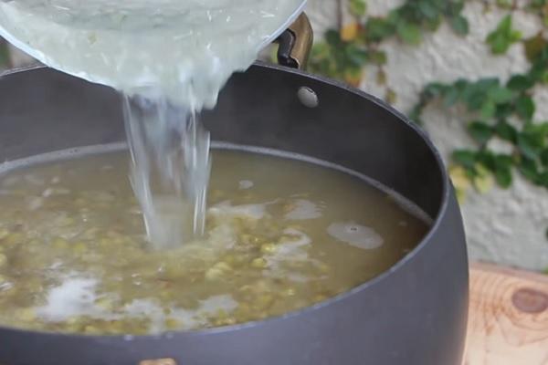 Nấu đậu xanh chín