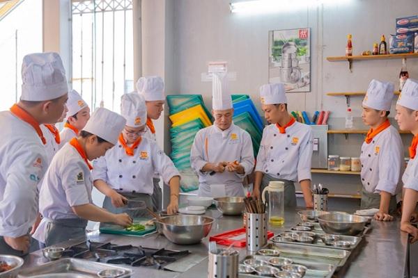 giảng viên đang dạy kỹ năng trong nghề bếp