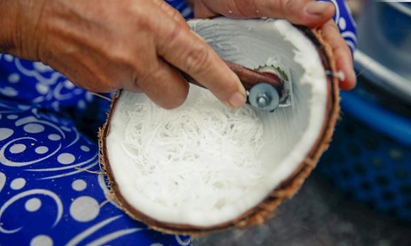 Bào cơm dừa thành sợi nhỏ