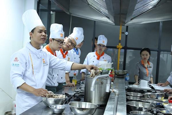 giảng viên dạy nấu súp á