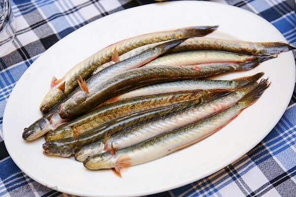 Muối và giấm giúp làm sạch nhớt cá kèo