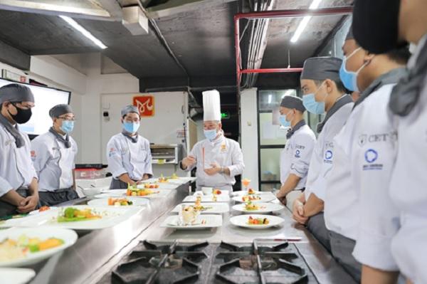 Giảng viên nhận xét và đánh giá món ăn