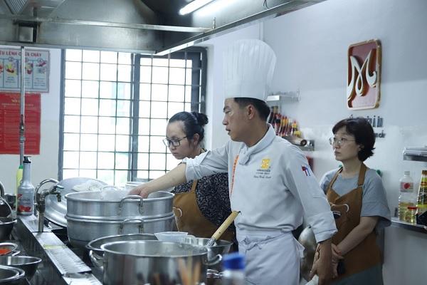 giảng viên dạy nấu cháo