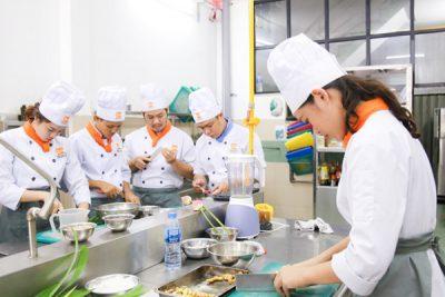Học viên nghề bếp