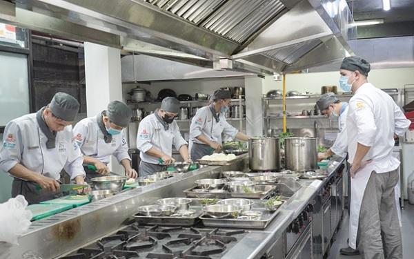 Học viên thực hành nấu ăn